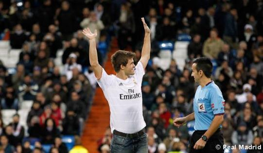 Magnus Carlsen ceremonial kick-off in the match Real Madrid-Valladolid