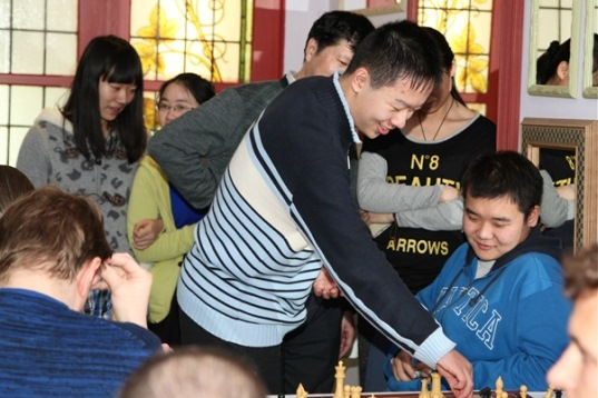 Blitz in a friendly atmosphere with Wei Yi and Li Chao sorting out some moves