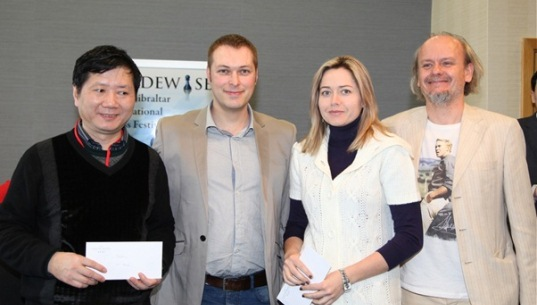 Blitz winning team members Xu Jun and Natalia Zhukova collect the prizes from Laurent Freyd and Stuart Conquest